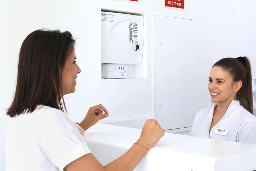 Compareça à clínica dentária Dentya no dia marcado