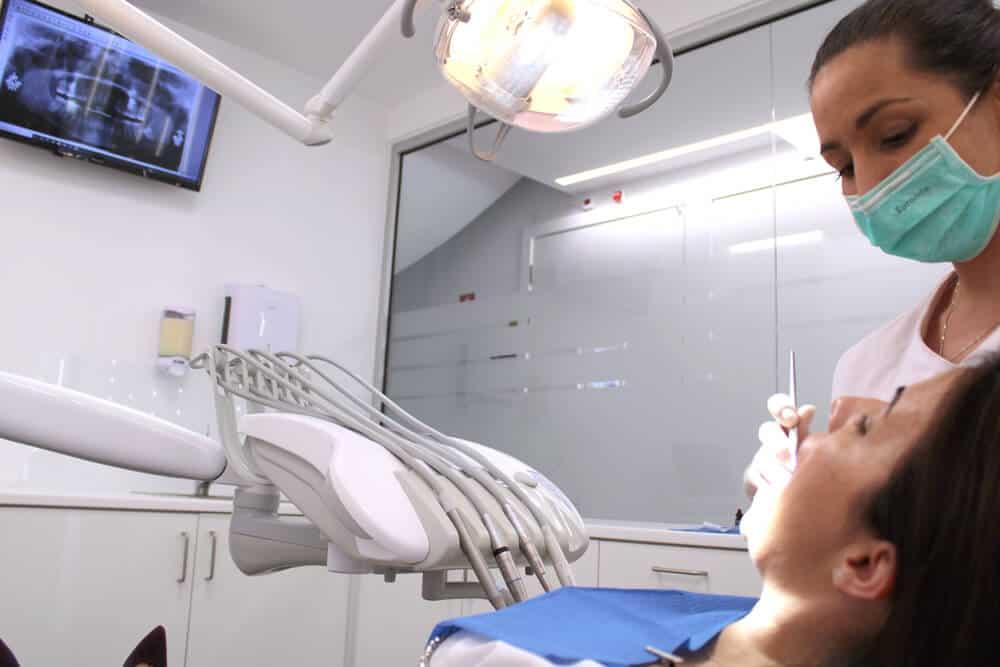 consulta com o médico dentista, na avaliação oral gratuita